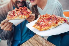 Соедините есть пиццу outdoors в кафе, конце вверх Стоковое Изображение RF