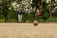 Соедините игру в петанки игры человека и женщины на точном каменном поле стоковая фотография rf