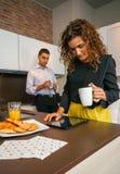 Соедините иметь быстрый завтрак перед пойдите работать Стоковые Фото