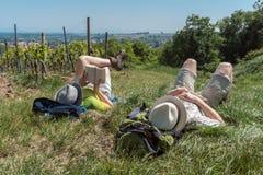 Соедините иметь короткий перерыв во время длинного пешего туризма стоковое фото