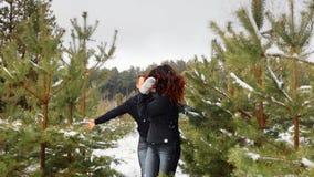 Соедините иметь потеху в лесе зимы они бегут через снег и смех Камера двигает рождество веселое акции видеоматериалы