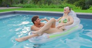 Соедините иметь потеху совместно в бассейне 4k видеоматериал