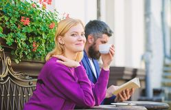 Соедините кофе террасы выпивая Случайное общественное место знакомца встречи Путь приложений нормальный встретить и подключить с  стоковые фото
