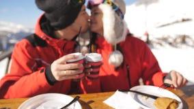 Соедините лыжников и для еды поверх горы Соедините выпивая вино и обед иметь на лыжном курорте снаружи на видеоматериал