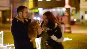 Соедините любовников с собаками cutie имея потеху совместно С Рождеством Христовым и счастливая концепция Нового Года также датир видеоматериал