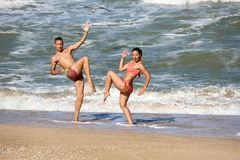 Соедините любовников танцуя морем стоковое фото