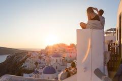 Соедините наблюдая восход солнца и принимать фото каникул на остров Santorini, Грецию стоковые фотографии rf