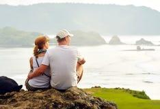 Соедините наслаждаться компанией одина другого na górze уборной холма Стоковые Фото