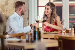 Соедините наслаждаться красным вином стоковое изображение rf