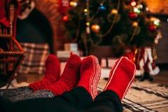 Соедините ноги в веселых красных носках, рождество Стоковое Изображение