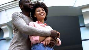 Соедините обнимать, новобрачных на медовом месяце, отношения счастье и привязанность стоковое фото rf