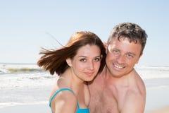 Соедините ослаблять в потехе пляжа и игры лета в влюбленности Стоковое Изображение