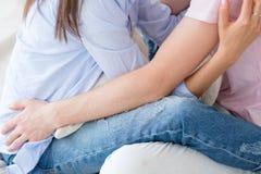 Соедините отношение скрепления любов объятия прижимаясь счастливое стоковое изображение rf
