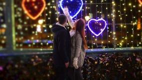 Соедините поцелуев любовников совместно Света рождества на предпосылке Хорошее настроение, потеха, любовь, счастливая концепция Н видеоматериал