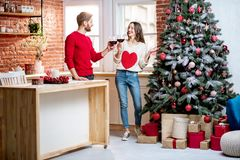 Соедините праздновать праздники Нового Года дома стоковое изображение rf