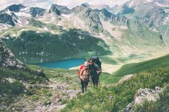 Соедините путешественников человека и женщина взбираясь в горах любит и путешествует счастливую концепцию образа жизни эмоций Мол стоковые фото
