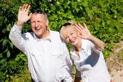 соедините развевать счастливого outdoors рук старший Стоковое Изображение