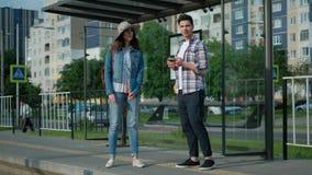 Соедините связывать пока ждущ на трамвайной остановке сток-видео