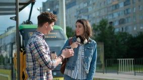 Соедините связывать пока ждущ на трамвайной остановке видеоматериал