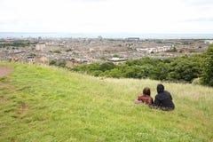 Соедините сидеть на холме Calton и наслаждаться изумительными взглядами Эдинбурга, Шотландии Стоковое Фото