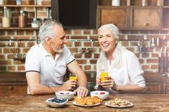 Соедините смеяться совместно пока имеющ завтрак стоковые изображения
