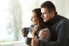 Соедините смотреть через окно в дождливом дне Стоковые Фотографии RF