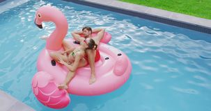 Соедините спать совместно на раздувной трубке в бассейне 4k акции видеоматериалы