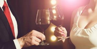 Соедините стекла clink с красным вином на встрече или свадьбе стоковое фото rf