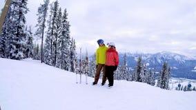 Соедините стоять совместно в снежном ландшафте 4k видеоматериал