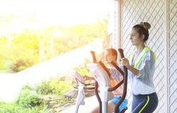 Соедините тренировку на третбане в спортивном центре стоковая фотография rf