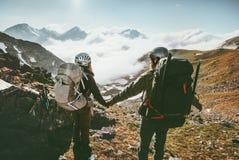 Соедините человека и женщины держа руки наслаждаясь горами Стоковые Фотографии RF