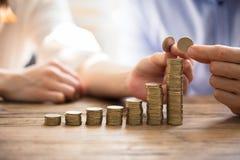 Соедините штабелировать золотые монетки стоковые изображения