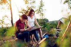 Соедините hikers в горах, они смотрит карту Стоковое Изображение