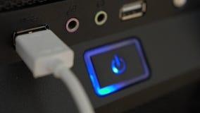 Соединяющ и отключающ заряжатель к порту usb closeup видеоматериал