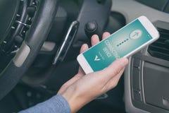 Соединяясь умный телефон к аудиосистеме автомобиля стоковые фотографии rf