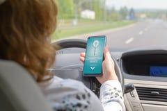Соединяясь умный телефон к аудиосистеме автомобиля стоковое фото