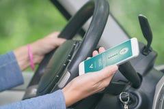 Соединяясь умный телефон к аудиосистеме автомобиля стоковая фотография rf