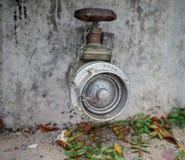 Соединение гидранта на пакостной стене Стоковое Фото