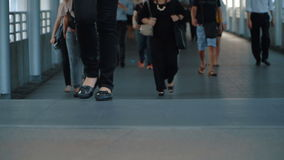 Соединение города прогулки людей большое сток-видео