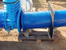 соединение запорной заслонки воды питья 500mm с привинченным штуцером трубы Стоковая Фотография