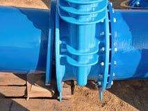соединение запорной заслонки воды питья 500mm с привинченным штуцером трубы Стоковое Изображение