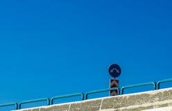 Соединение и дорожный знак против голубого неба Стоковое фото RF