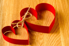 Соединение 2 красное бумажное сердец совместно в влюбленности Стоковые Фото