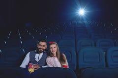 Соедините аравийского человека и кавказской женщины самостоятельно в кино Стоковая Фотография