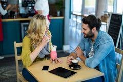 Соедините взаимодействовать пока имеющ чашку кофе и milkshake стоковые фотографии rf