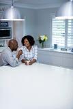 Соедините взаимодействовать друг с другом пока имеющ кофе в кухне стоковое изображение rf