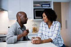 Соедините взаимодействовать друг с другом пока имеющ кофе в кухне стоковые фото