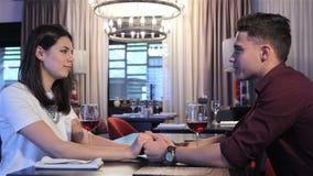 Соедините владение каждые другие руки на ресторане видеоматериал