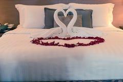 Соедините лебедя сделанного от белых полотенец на кровати Стоковое Изображение RF