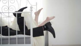 Соедините лежать на кровати и ногах рывка сток-видео